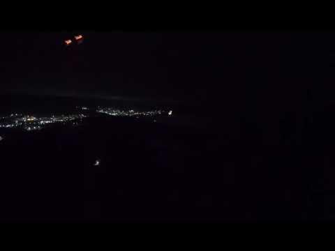 Ночной пролет самолета над влетно-посадочной полосой Северо-Енисейска.