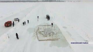 На ледовой переправе в Енисейском районе грузовик провалился под лед